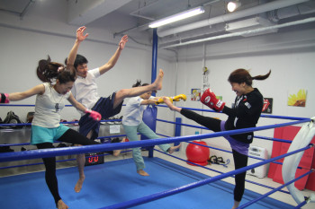 名古屋JKF キックボクシングフィットネスジム-女性も気軽に参加できるキックボクシング体験!